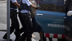Unos Mossos d'Esquadra detienen a un ladrón en pleno paseo de Gràcia de Barcelona.