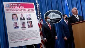 Un cartel muestra las fotografías de los seis ciudadanos rusos, agentes de la inteligencia militar,en busca y camptura por el FBI estadounidense.