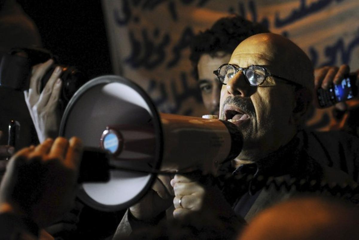 Mohamed El Baradei, en El Cairo, con los manifestantes.