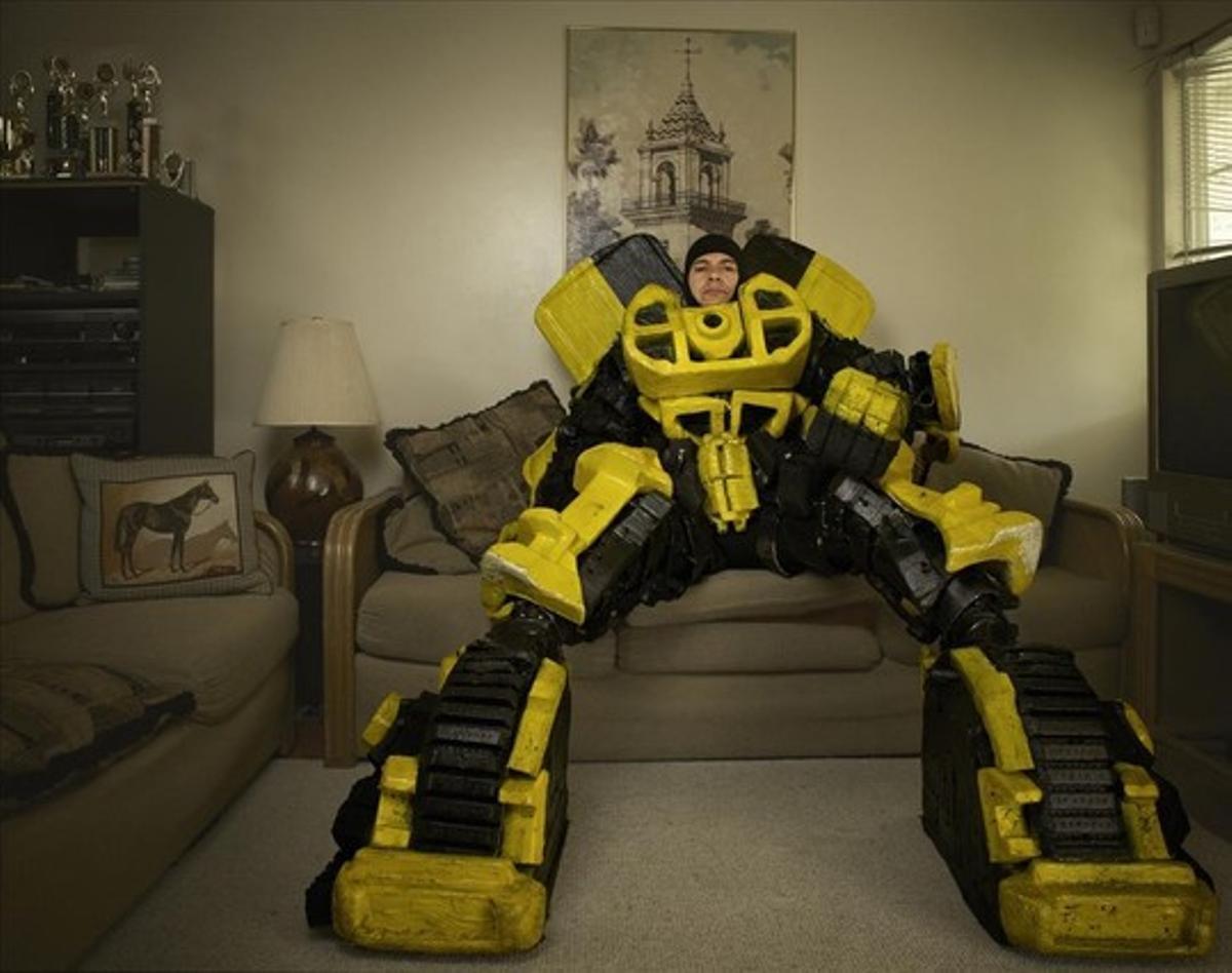 Victor Borboa es electricista y por las noches construye disfraces como este de Bumblebee ('Transformers').
