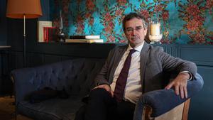 Eduard Torres, fundador y consejero delegado del hotel Duquesa de Cardona, sentado en un salón del hotel.