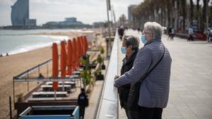 Jubilados en el paseo marítimo de Barcelona.