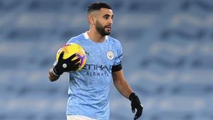 Mahrez, con el balón, tras marcar un hat trick.