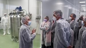 Pedro Sánchez durante la visita a las instalaciones de la farmacéutica Hidra.