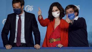 Casado, Ayuso y Almeida, el pasado martes en el balcón montado en la sede del PP para celebrar la victoria del partido en Madrid.