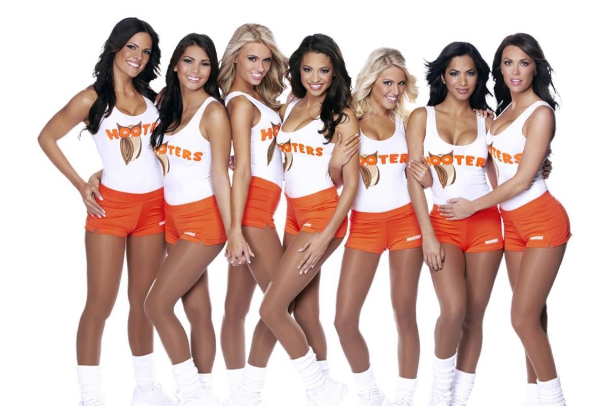 El uniforme de las camareras de Hooters ha levantado críticas por sexista desde la implantación de la cadena norteamericana, en 1983.