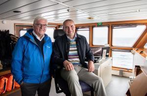 El presidente islandés, Gudni Thorlacius Johannesson (a la derecha), y el alemán, Frank-Walter Steinmeier, en el ferri a las islas Vestman, en junio del año pasado.