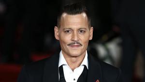 Johnny Deep posa para los fotógrafos durante el estreno mundial de la pelicula 'Asesinato en el Orient Express' en Londres, en noviembre de 2017.