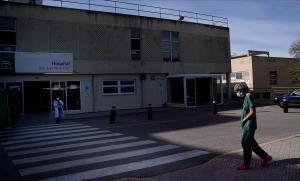 Sanitarios a las puertas del Hospital de Úbeda (Jaén).