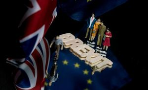 Las banderas del Reino Unido y la Unión Europea, junto a la palabra Brexit.