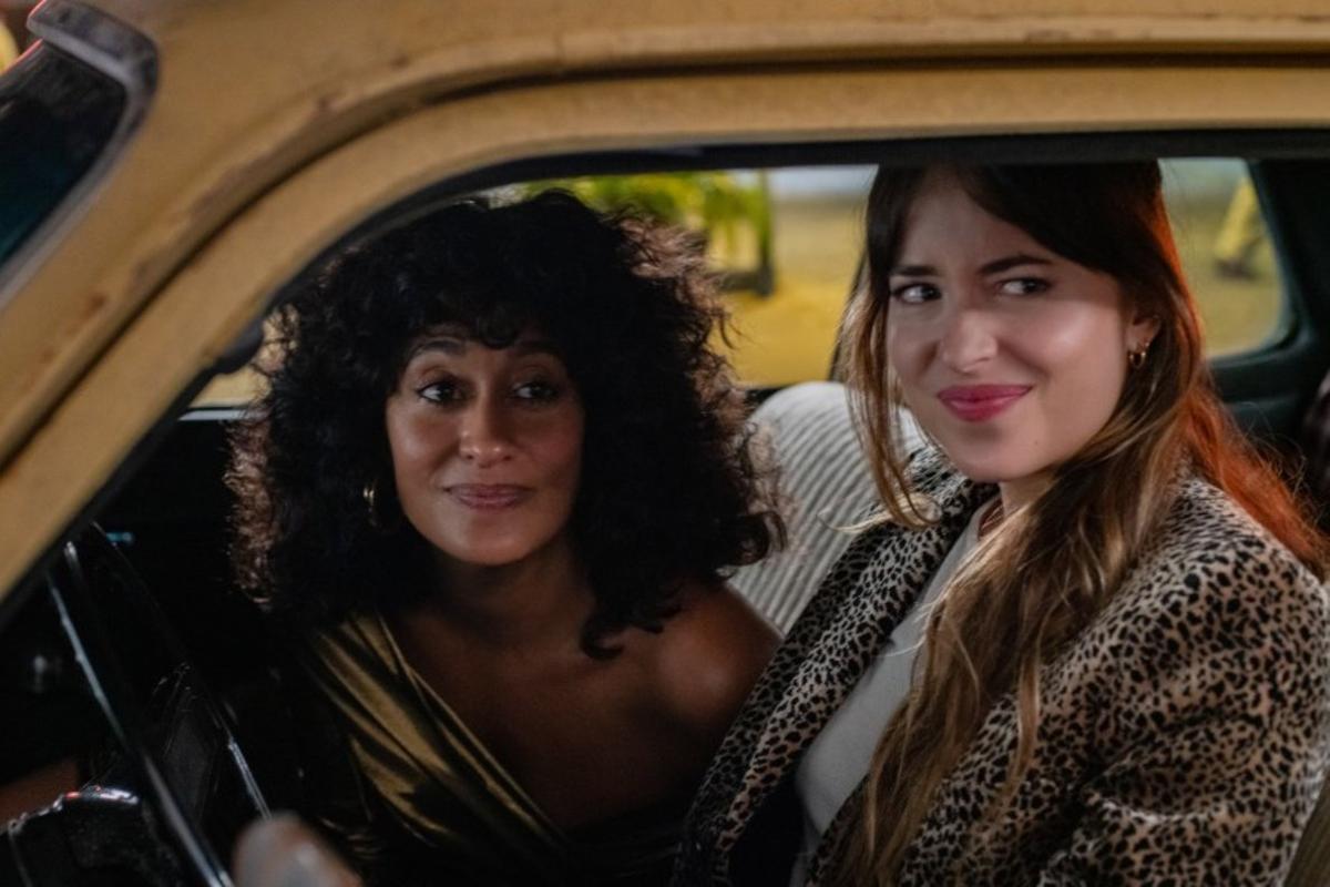 Tracee Ellis Ross (izquierda) y Dakota Johnson, en 'Personal assistant'.