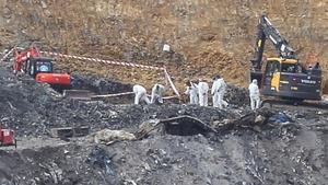 La Ertzaintza durante la búsqueda de los dos desaparecidos en el derrumbe hace seis meses del vertedero de Zaldíbar.