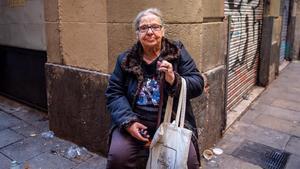 Manuela, en su esquina, horas después del desahucio.