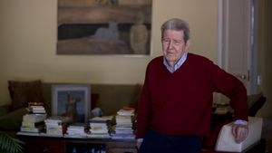 El editor Jorge Herralde, en su domicilio