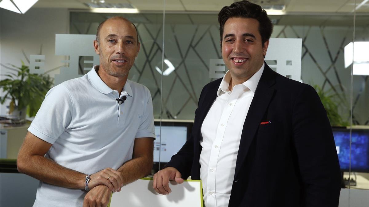 Jonathan Praena, presidente del Fuenlabrada, a la derecha, junto a Antonio Calderón, entrenador del equipo.