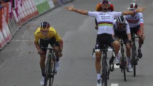 Julian Alaphilippe levanta los brazos antes de tiempo, en la victoria de Primoz Roglic.