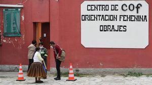 Personas esperan frente al Centro de Orientación Femenina de Obrajes en La Paz (Bolivia).