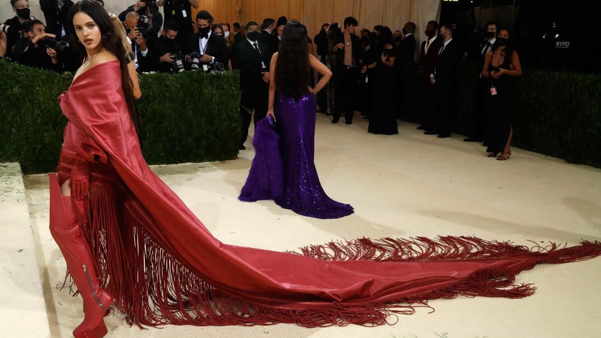 Rosalía lleva el mantón de Manila a la Gala Met 2021 de Nueva York.