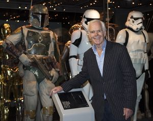 Jeremy Bulloch, junto a su personaje de Boba Fett, en una exposición de 'Star Wars' en Londres.