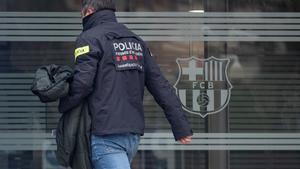 Un policia, a las puertas de las oficinas del Barça.