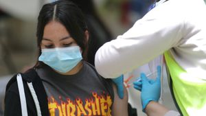 Una adolescente recibe una vacuna en la localidad californiana de Pasadena, en Estados Unidos.
