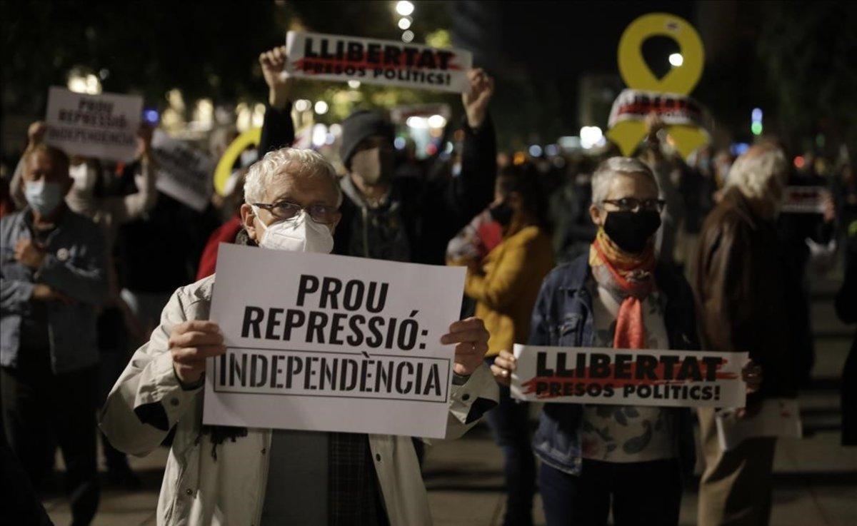 Concentración de protesta por las detenciones de personas afines a Puigdemont, convocada por Òmnium en la plaza de la Catedral.