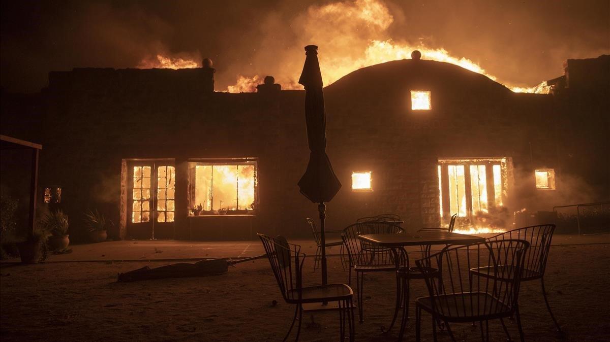 Una bodega en llamas en Healdsburg, este domingo.