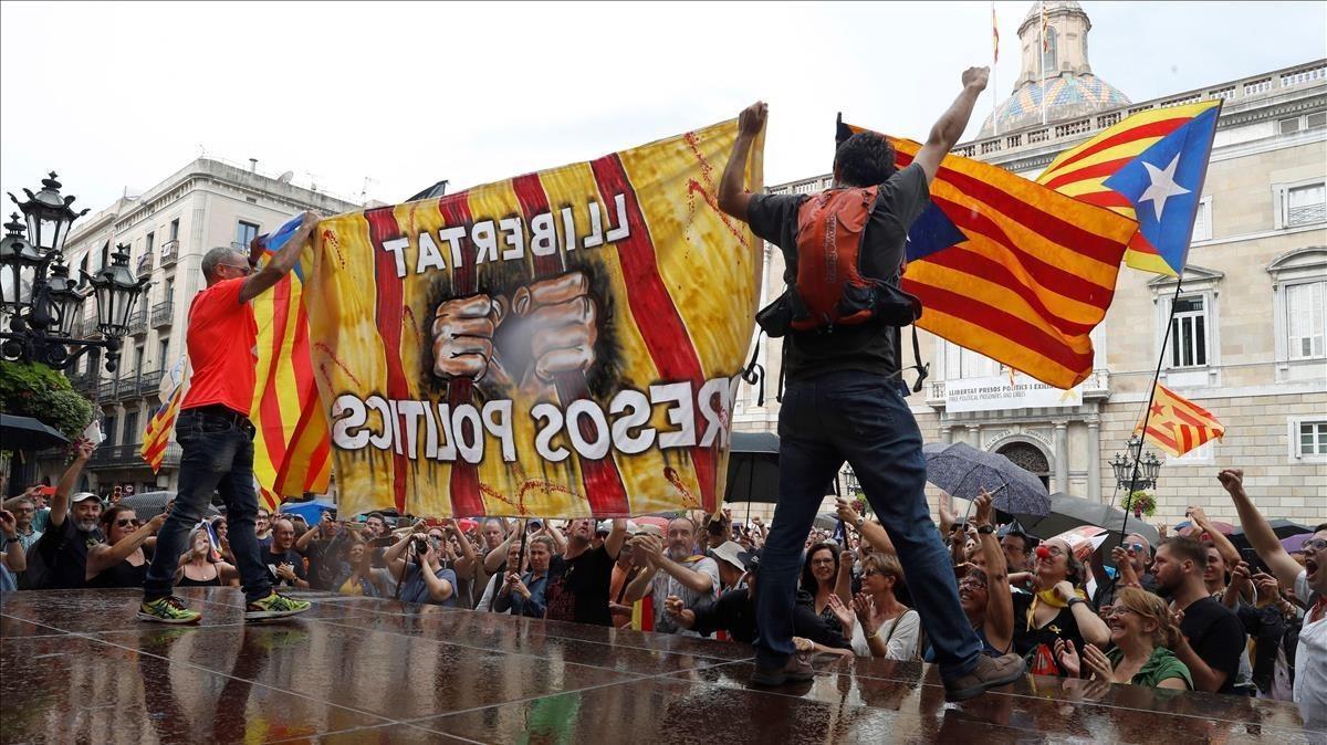 Un grupo de independentistas subidos a una plataforma en la plaza de Sant Jaume donde la asociación 'Hablamos Español' había convocado una manifestación.