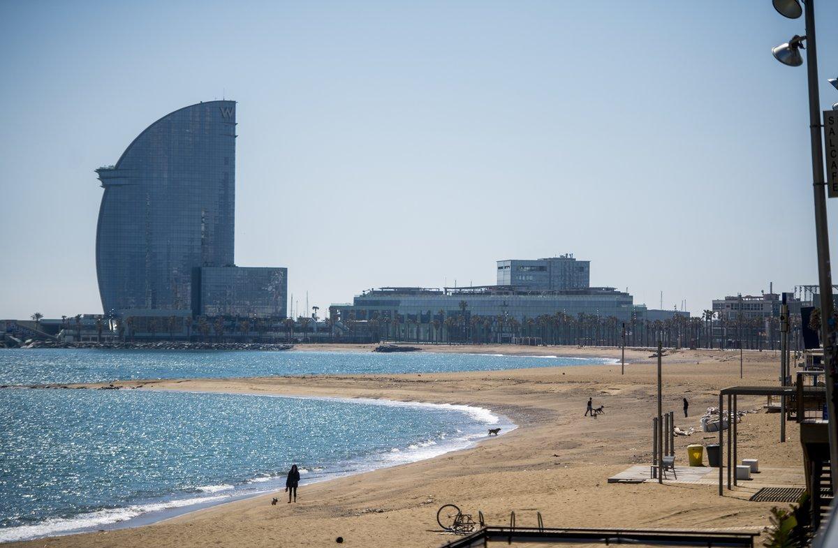Playa de la Barceloneta en un día soleado.