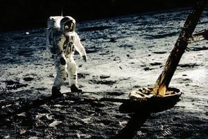 Aldrin, sobre la superficie lunar, tras la primera misa que él mismo se oficio a bordo del Eagle.