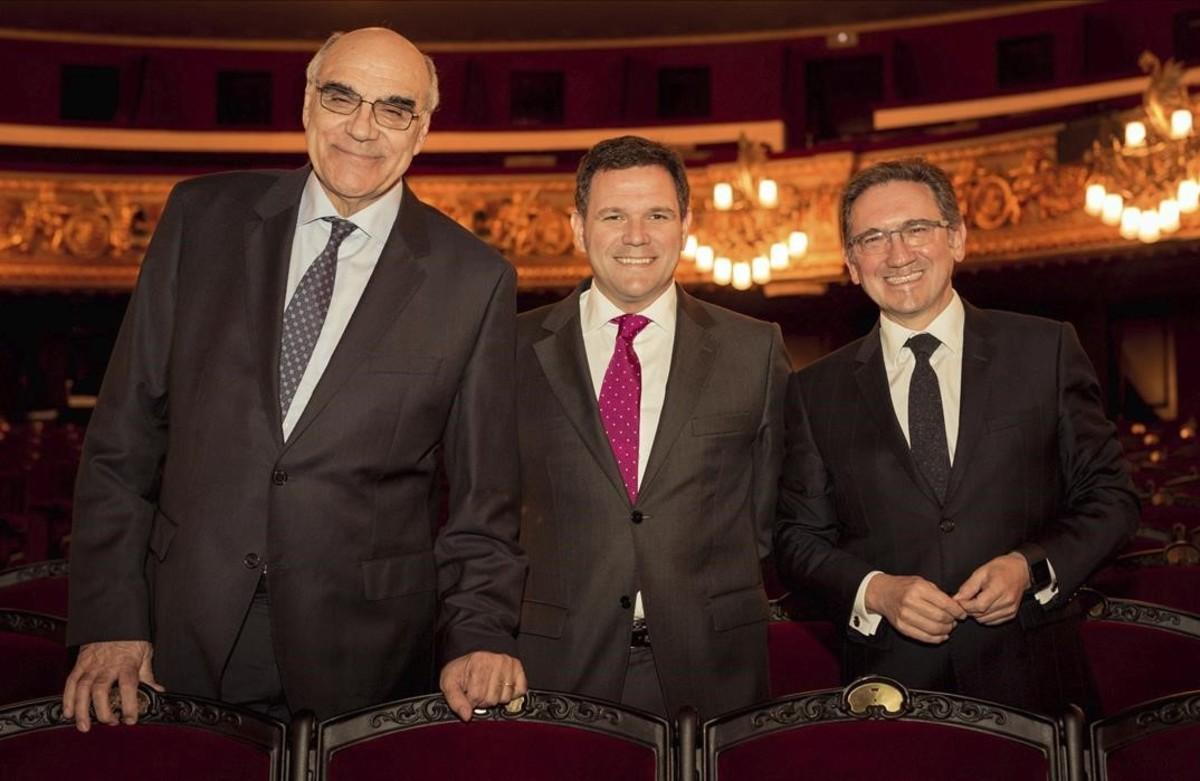 El nuevo presidente del Consejo de Mecenazgo del Liceu, Jaume Giró (derecha), junto a Salvador Alemany (izquierda), presidente de la Fundación del Gran Teatre, y el director general del centro, Roger Guasch.
