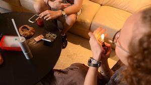 Jóvenes consumen en una asociación cannábica de Barcelona.