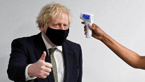 Una enfermera del Hospital Chase Farm de Londres toma la temperatura al primer ministro, Boris Johnson, durante una visita, este lunes.