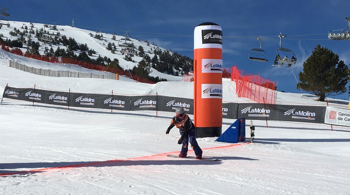 Astrid Fina cruza la meta en segunda posición en la Copa del Mundo de snowboard paralímpico disputada en La Molina.