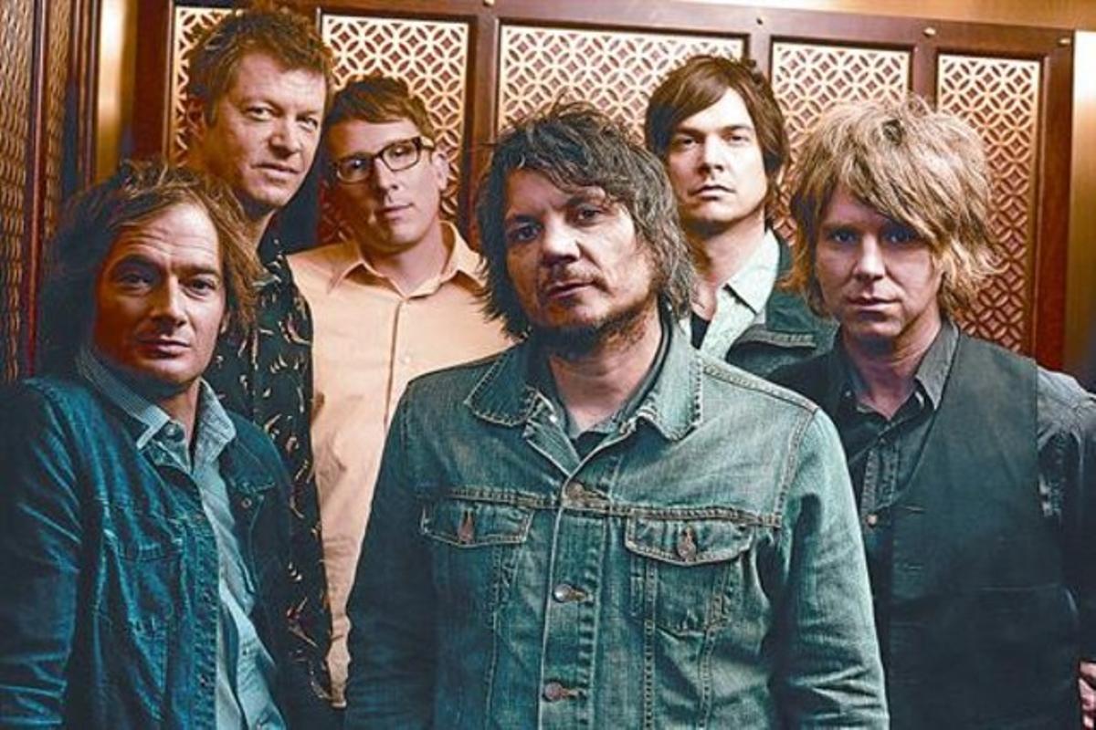 El grupo estadounidense Wilco, con su líder en el centro, el cantante Jeff Tweedy. Abajo, la portada del nuevo disco, 'The whole love'.