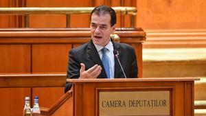 El nuevo primer ministro de Rumanía, Ludovic Orban, se dirige al Parlamento durante su investidura este lunes.