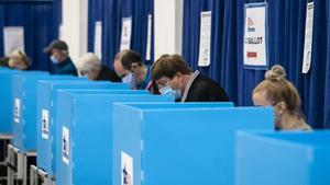 Estadounidenses emiten su voto anticipado, el 1 de octubre en Chicago.