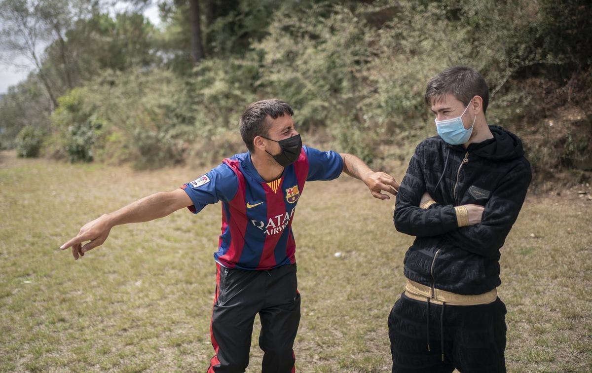 Dos asistentes a la sesión de risoterapia para personas en paro.