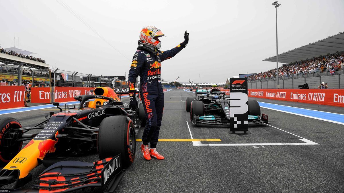 Max Verstappen celebra su 'pole' en Francia ante el Mercedes de Bottas.