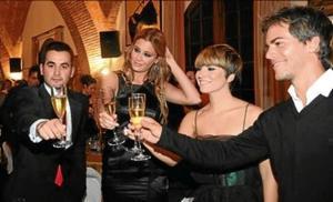 De izquierda a derecha, Carles Jiménez, Elisabeth Reyes, Pasión Vega y Marc Clotet celebran la investidura.