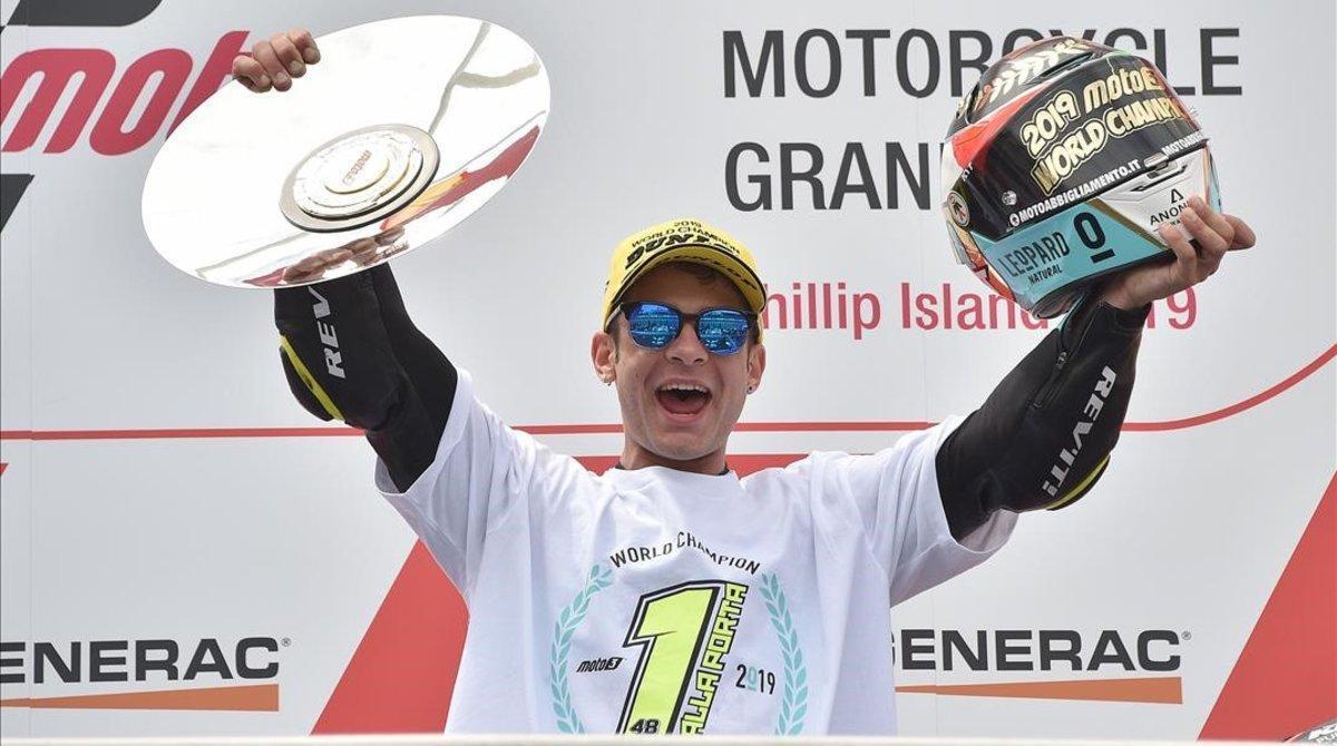 El italiano Loranzo Dalla Porta (Honda), de 22 años, celebra, en el podio de Phillip Island (Australia), la conquista del título mundial de Moto3.