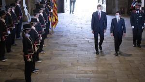 El presidente del Gobierno, Pedro Sánchez, es recibido por la formación de gala de los Mossos d'Esquadra junto al 'president', Pere Aragonès, este 15 de septiembre de 2021 antes de su reunión bilateral y de la mesa de diálogo sobre Catalunya, en el Palau de la Generalitat, en Barcelona.