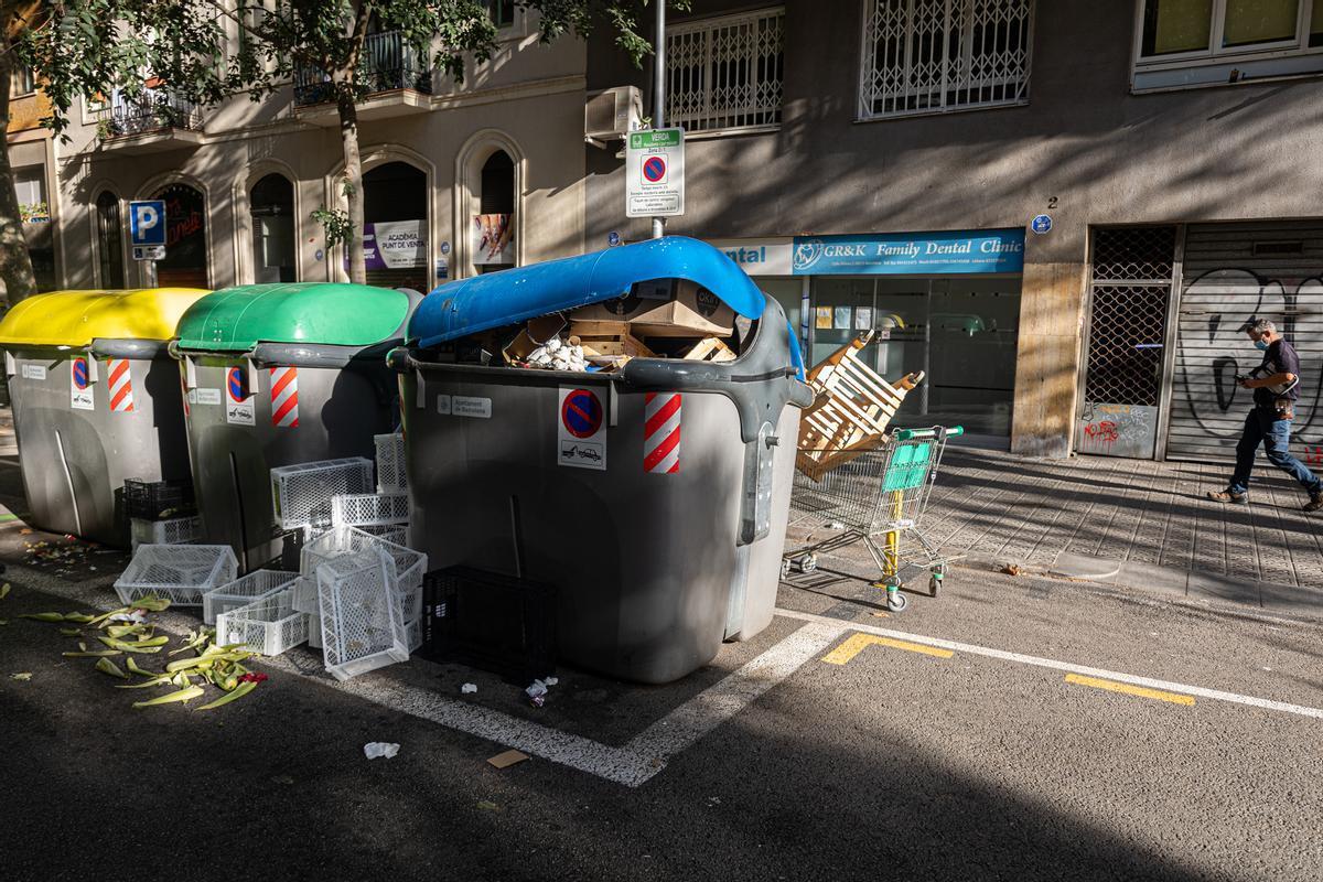 Contenedores a rebosar de residuos, en una calle del Eixample.