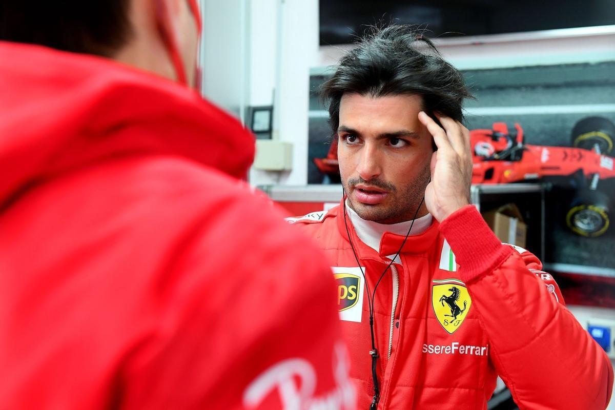 Sainz conversa con los miembros de su equipo en el box de Ferrari