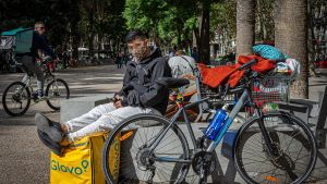 Un repartidor de Glovo explica que le cobran50 euros a la semana para asegurarle horas de trabajo.