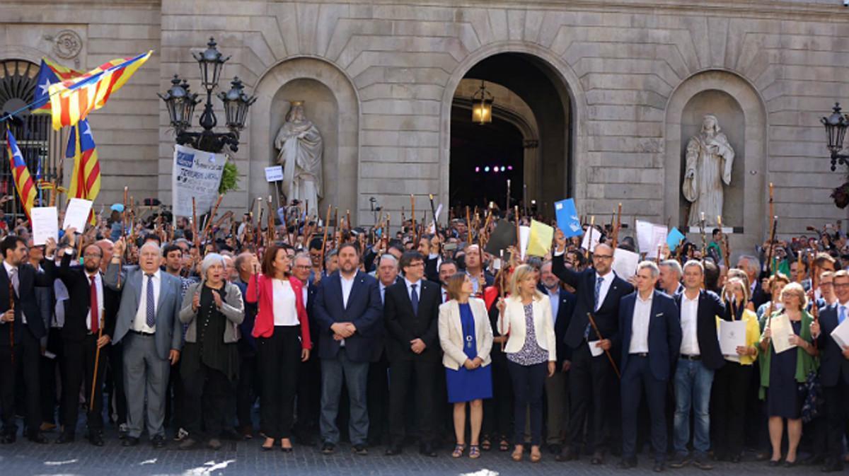 Acto en defensa de los alcaldes, este sábado en la plaza de Sant Jaume de Barcelona.
