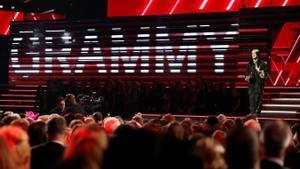 Billie Eilish recibe un Grammy en la ceremonia de enero de 2020.
