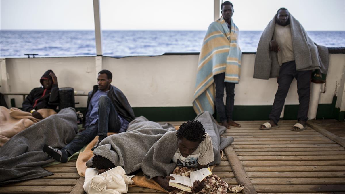 Parte los migrantes rescatados en el Open Arms, navegando hacia Barcelona.