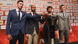 Nando de Colo (CSKA), Vassilis Spanoulis (Oympiacos), Sergio Llull (Real Madrid) y Bogdan Bogdanovic (Fenerbahçe), las estrellas de la 'final four', posan este jueves con la copa.