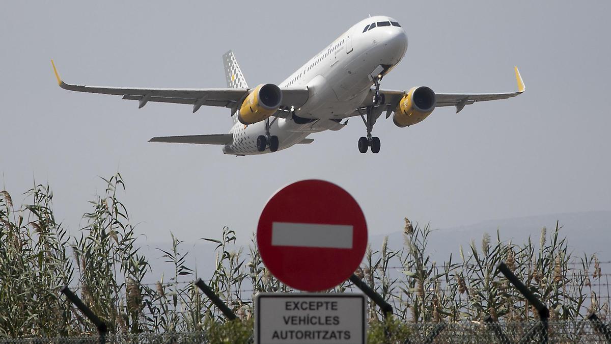 Avión despegando desde la tercera pista del aeropuerto de El Prat